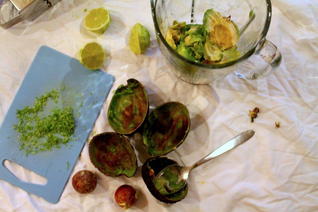Avocado, Limettensaft und Abrieb kommen in einen Mixer