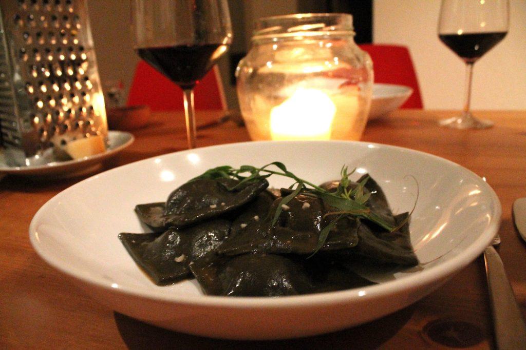 schwarze Lachs-Ravioli in Estragon-Butter :)