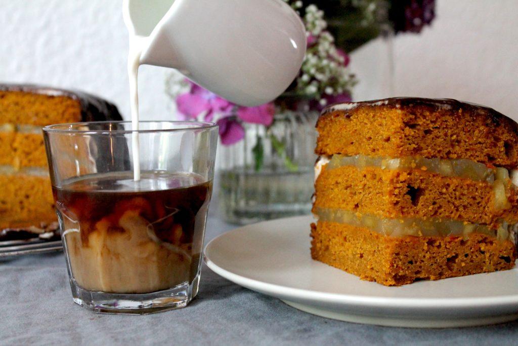 Kürbis-Kuchen und Kaffee