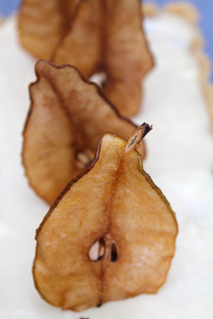 Als Einstimmung in den Advent oder Resteverwertung? Egal, dieser Spekulatiuskuchen mit Chai-Birnen und weißer Schokolade passt einfach perfekt zum Winter!