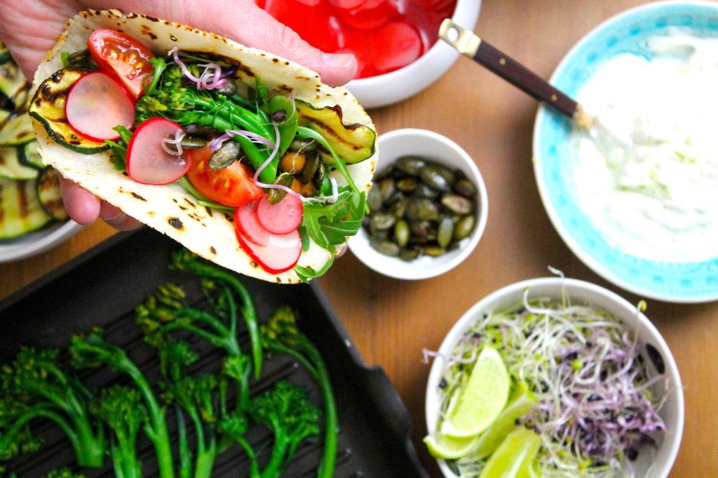 Bunte Tacos mit Feta und Gemüse