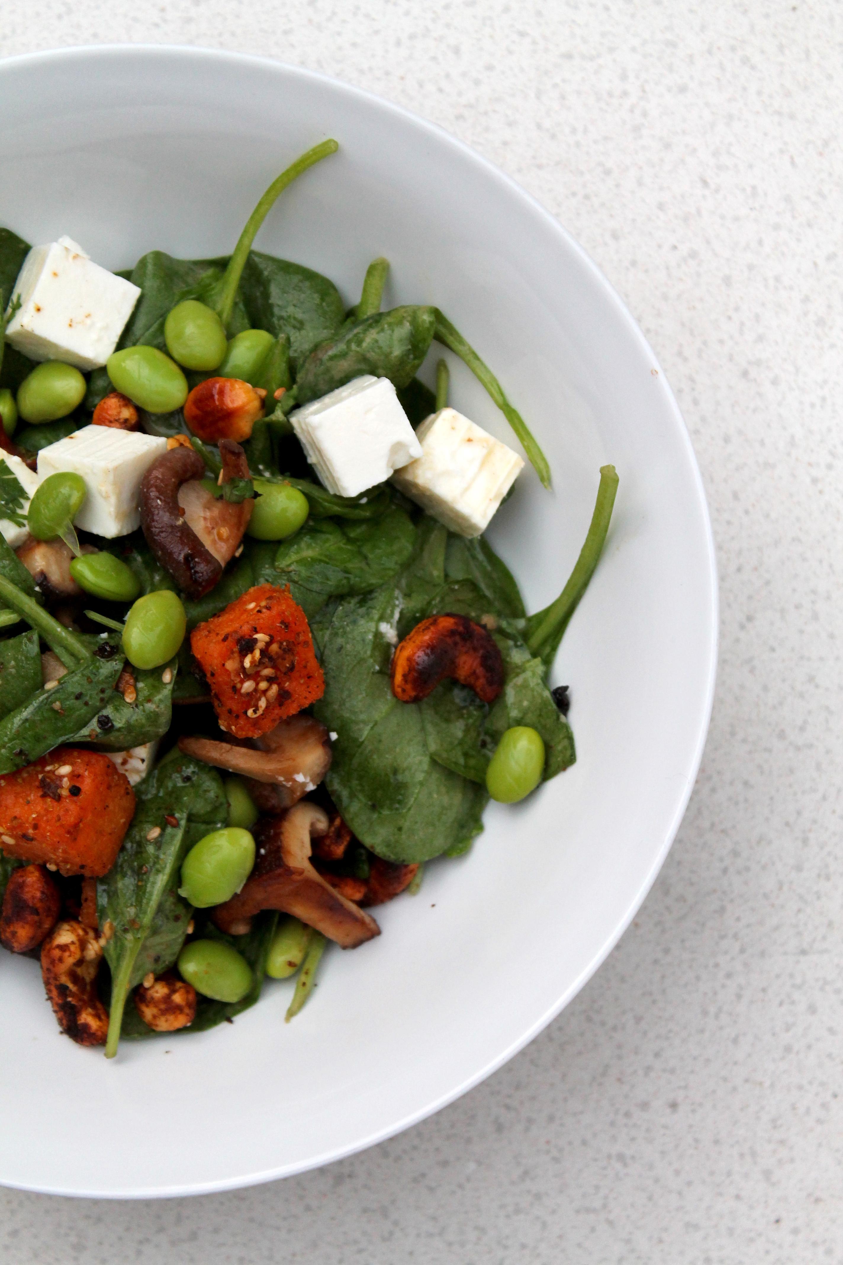 Spinatsalat mit Süßkartoffeln und Tahini-Dressing