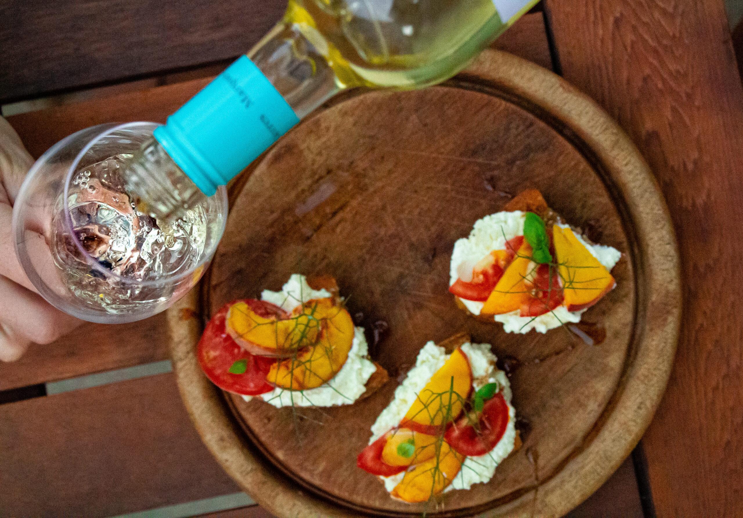 Bruschetta mit Tomate und Pfirsich, Glas Verdejo wird eingeschenkt